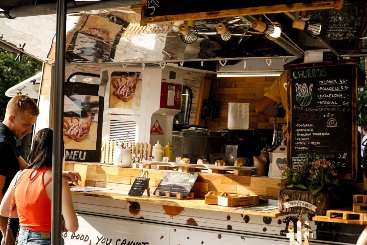 street food market, na trgu leona štuklja, maribor, vaflji, sladoled, palačinke, karavana ulične hrane, trg leona štuklja